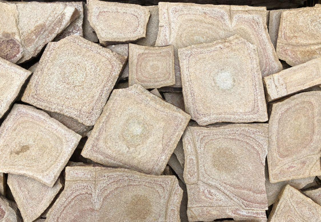Многоъгълни плочи  жълто - шарено естествен камък Гнайс