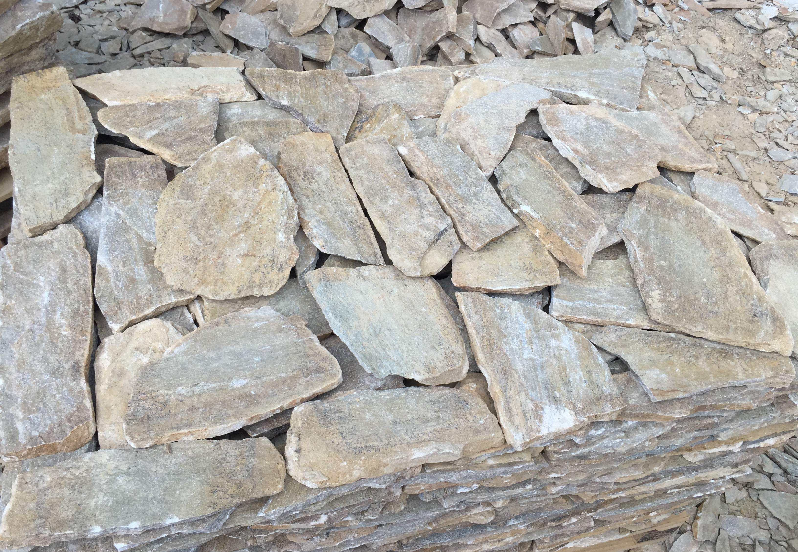 Облицовка Неоформена Tъмно жълта - естествен камък Гнайс